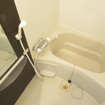 お風呂はコンパクトですが綺麗ですね(※写真は5階の同間取り別部屋のものです)