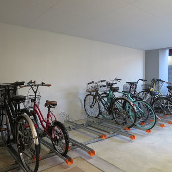 自転車置き場は室内です