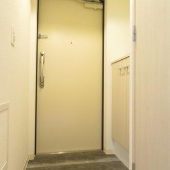 玄関はまた違う雰囲気に(※写真は5階の同間取り別部屋のものです)