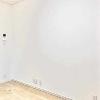 こちら側の壁はスッキリと。テレビコンセントがありますね。