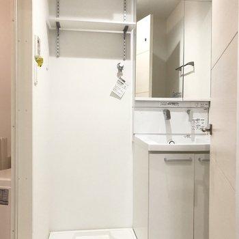 洗濯機置き場の上には棚があります。洗面台の鏡は収納になっていますよ。