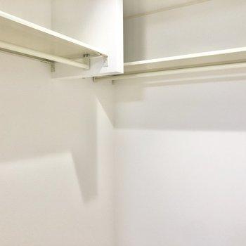 ハンガーパイプが2つと、上に棚もあるのでたっぷり収納できそう。