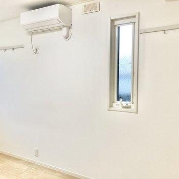 角部屋なのでこちら側にも窓があります。収納やインテリアに使えるフックがついています。