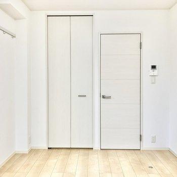 左側の扉がウォークインクローゼット、右側のドアが水回りへと続くドアです。