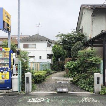 閑静な住宅街にある、小さな緑道を抜けたところにお部屋があります。