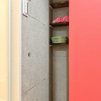 こんなところに小さな棚を発見!