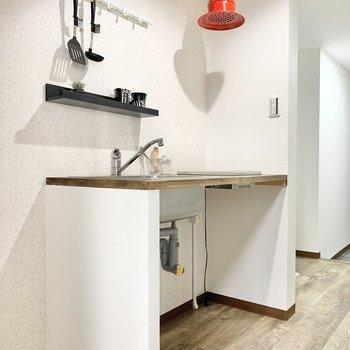 キッチンにはかわいい真っ赤な換気扇!