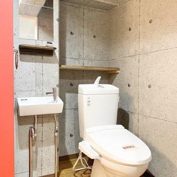 トイレの横には小さな洗面台。