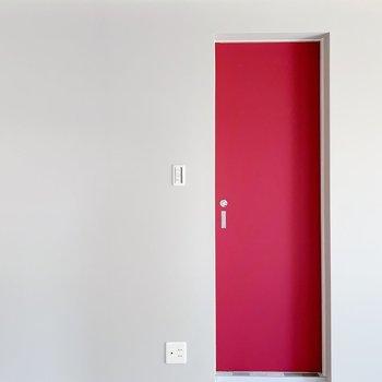 グレーと赤のコントラストがたまらない、この扉の向こうには…!