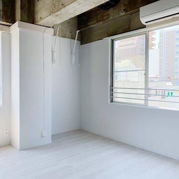 さらに奥にも窓が。ここは雨の日に室内干しスペースとして。