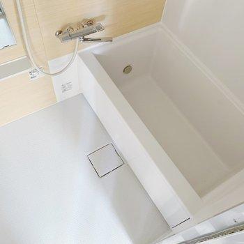 お風呂はナチュラルなクロス。追い焚き機能もついてますよ。