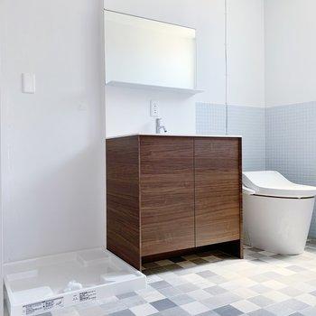 サニタリールーム。右からトイレ、独立洗面台、洗濯機置き場ですね。クロスの色もステキ◯