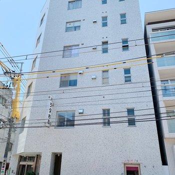 お部屋は6階建ての建物の4階部分にありますよ。