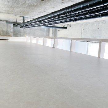 縦に長いロフトとコンクリート打ちっぱなしの天井ですね◎