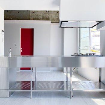 ではお待ちかね、このかっこいいキッチンをご紹介。