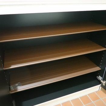 靴箱は1段に4足ほど入る大きさ。可動棚なので靴の大きさに合わせて高さを変えられます。