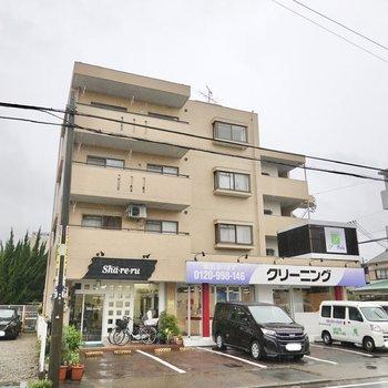 1階に美容院とクリーニング店のあるマンションの最上階・角部屋です。