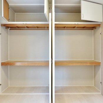 壁一面が収納に。押入れとクローゼットのハイブリッドなので普段着もオフシーズンの衣服も収納できます。