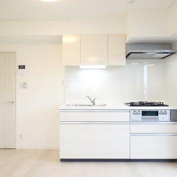 料理好きに嬉しい、新しいシステムキッチン!冷蔵庫置場もすぐ左に。