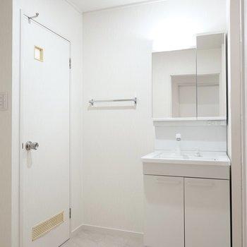 入って正面には洗面台。明るい照明の清潔感のある脱衣所です。