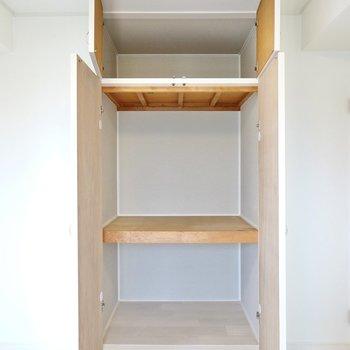 キッチン側にある収納は押入れ。生活雑貨の収納に役立ちます。