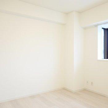 廊下側の洋室は5帖。ダブルベッドが置けますよ。