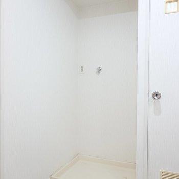 左側には洗濯機置場。