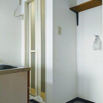 キッチン裏側は浴室と洗濯機置き場があります。冷蔵庫は生活スペースに置くことになりそうです。