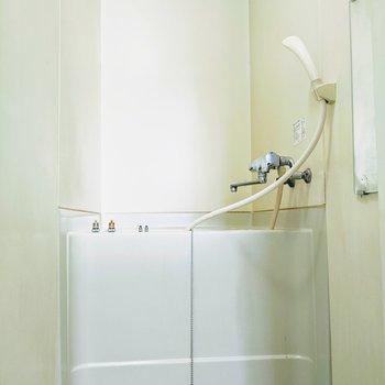 コンパクトサイズのお風呂場です。※写真は清掃前です。