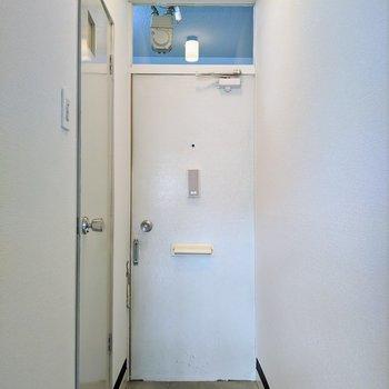 コンパクトな玄関。小さめのシューズボックスがあると便利です。