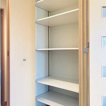 玄関スペースにもうひとつ収納棚。キッチン用品から水回りのものまでたくさん入りそう!