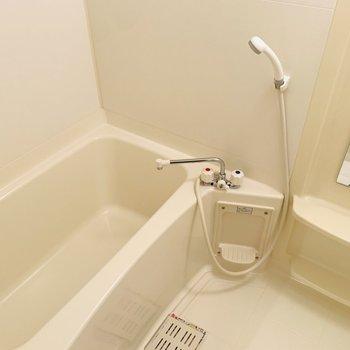清潔感のあるバスルーム。収納棚も大きめで使いやすそう。