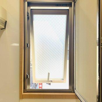 小窓は換気程度に開けられるので、匂いが溜まりにくそうですね◎