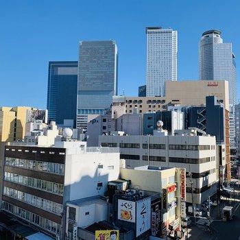 少し視線を右に振ると、名古屋のビル群がすぐそばに。