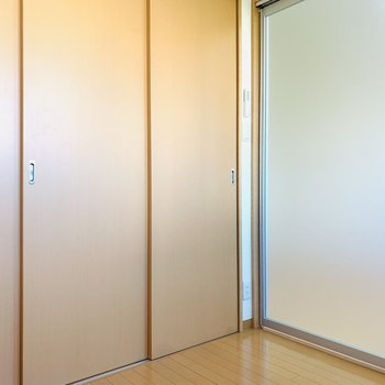 洋室とLDを繋ぐ引き戸は光を通してくれる素材が使われていました!