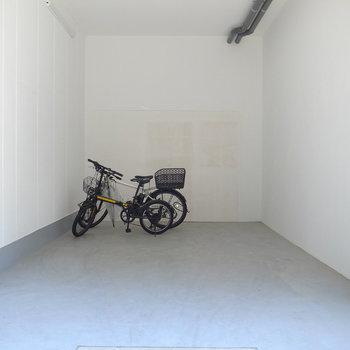 【共用部】駐輪場は屋根つきです。