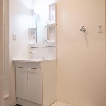 洗面台と洗濯機置き場はすぐとなりに。