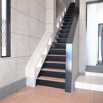 【共用部】コンパクトなエントランスです。今回のお部屋は、階段右となり奥です。