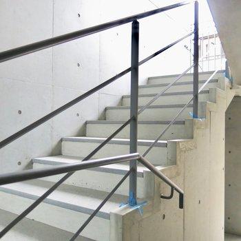 ゆるやかなコンクリ階段