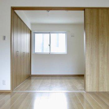 向こうは寝室(※写真は2階同間取り別部屋のものです)