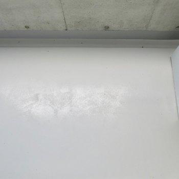 バルコニーはコンパクト(※写真は2階同間取り別部屋のものです)