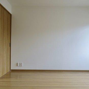 大きめのベッドでぐっすり(※写真は2階同間取り別部屋のものです)