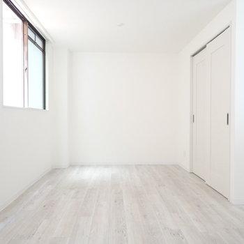 白い壁に絵を飾りたい……。