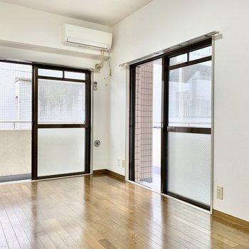 2面採光の窓。どちらの窓もバルコニーに繋がっています。