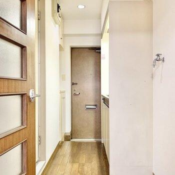 こちらはキッチンスペース。横に洗濯機置き場があります。