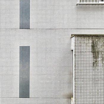正面は建物で遮られていますね。