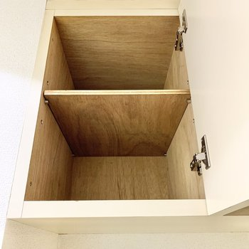 上部にも収納が。小物置き場に良いですね。