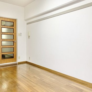 木目調のドアのデザインが秀逸ですね。
