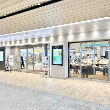 駅中は商業施設になっています。