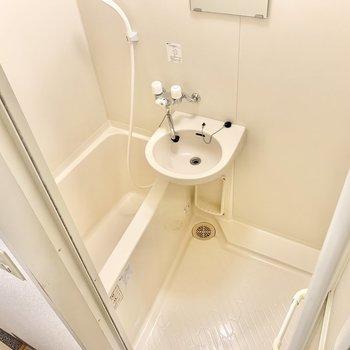 洗面台付きの浴室。